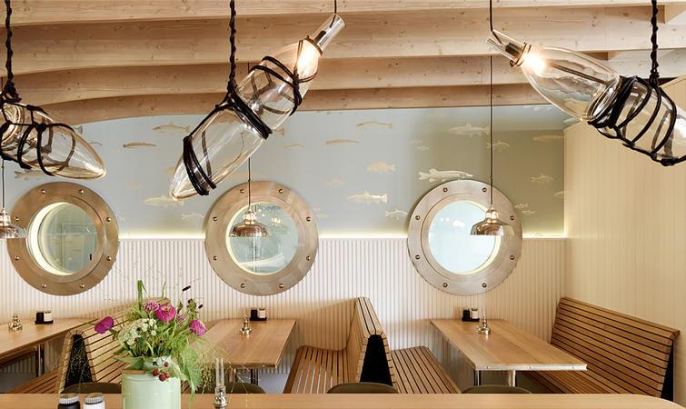天花板上覆盖肋骨式木结构