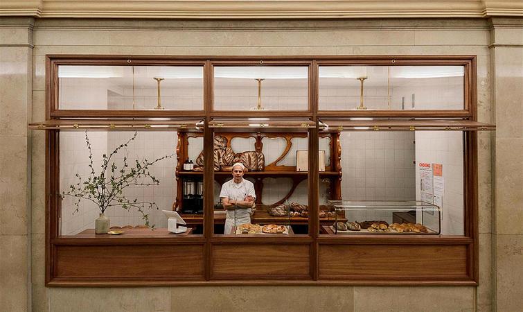 拱形长廊里的面包店,客人坐在壁龛里用餐图片
