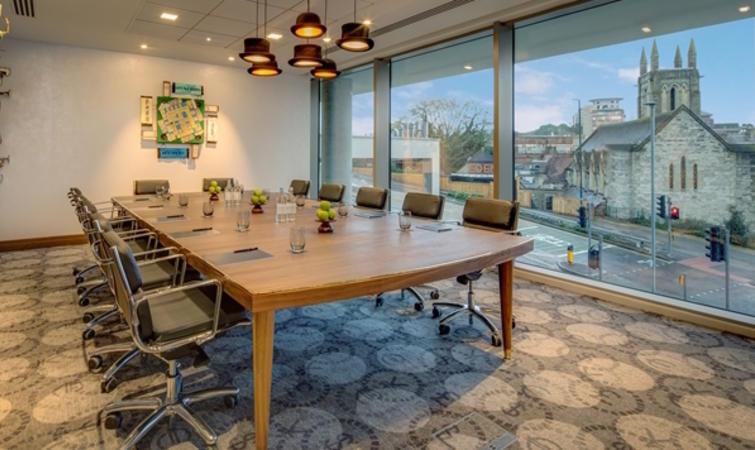 Everlane 旧金山办公室? 但如果是团队出差途中需要进行会议,那办公空间就没有那么多选择了,一般会在下榻酒店内的会议室进行,小型又不够正式的找个咖啡馆也能解决。为了满足人们这样的需求,去年年底开业的英国希尔顿伯恩茅斯酒店(Hilton Bournemouth )就在酒店内的办公空间上花了些心思,设计了八间不同主题、风格各异的会议室。 每间主题都与商业有关,定制的艺术装置希望为商务人士提供创意灵感或是提高效率。从前的电话、打字机、台灯等等经典的办公用品都成了主要的装置。比如叫做规则(Rule)的一间
