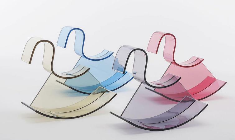 儿童家具是今年米兰设计上的热门产品,其中意大利做塑料设计品的品牌Kartell 将推出一个系列,他们联合了多位国际设计团队包括 Nendo、Philippe Starck 一起设计,而距离他们上次推出儿童家具已经超过了 50 年。 Kartell的现任 CEO Claudio Luti 称儿童家具是一个很大的市场并包含巨大的潜力。除了有功能性外,这些家具都有趣味性和吸引力。 H-horse by Nendo 日本设计团队 Nendo 的塑料木马拥有简洁的风格,Nendo 采用了在建筑上具有更好稳定性