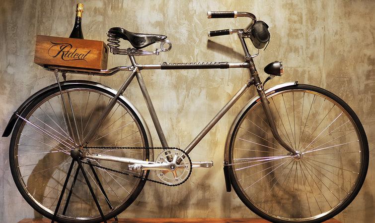 2014 年 4 月,英国知名设计师 Paul Smith 来到上海。在短短几天的行程里,他去了一家自行车店,骑着一辆蓝色车架的改装版永久自行车在胶州路街头溜了一圈。这家单车店就是 Rideal 。 2013 年 8 月开店的 Rideal,到现在仍然是两位来自上海的创始人在运营。杨扬原来从事 IT 行业,而张博是网球教练。两个人 10 年前就已经相识,后来因为都对生活现状产生了怀疑,更愿意做喜欢的事情,又都是单车爱好者,就双双投入到了这个店里。 把自己定位为复古单车店的 Rideal 目前有以下几大