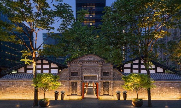太古在中国一共有四所酒店,设计确实都下了些功夫。 北京的瑜舍是由日本建筑师隈研吾(Kengo Kuma)操刀设计的,灵感源自中国传统棱格图案,大堂里成排的中药柜由他亲自挑选,艺术装置则每月更换一次。香港的奕居则坐落于香金钟的太古广场,117 间房间均可饱览城市景观。 新开业的成都博舍,位于开业不久的成都远洋太古里的东南角,由一个低矮的川式建筑和两个L型的现代高楼组成,酒店入口没有明显的招牌,如果不是刻意寻找,人们极容易忽略它的存在。