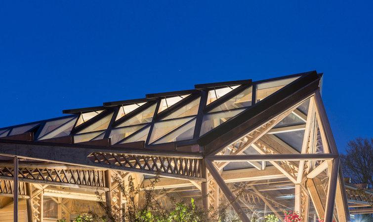 """之所以选择木结构,norman foster 给出的解释是,""""它可以帮助建筑物与"""