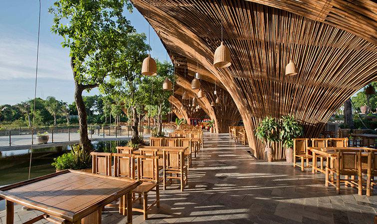 12 个用竹子搭建的方型的柱子在上方散开成屋顶,呈现出参天大树的感觉
