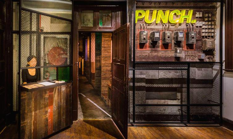 隐藏在上海静安区泰兴路 99 号 2 楼的 Logans Punch 酒吧,自去年 7 月开业以来,已成为不少沪上好酒人士的集结地。 店主 Logan Brouse 是前 Muse 的调酒专家,他将自己这家店称作是中国的第一家PUNCH BAR,还请来了名声斐然的如恩设计研究室操刀店内设计。 这间酒吧的设计灵感源自于老式上海石库门的风格。