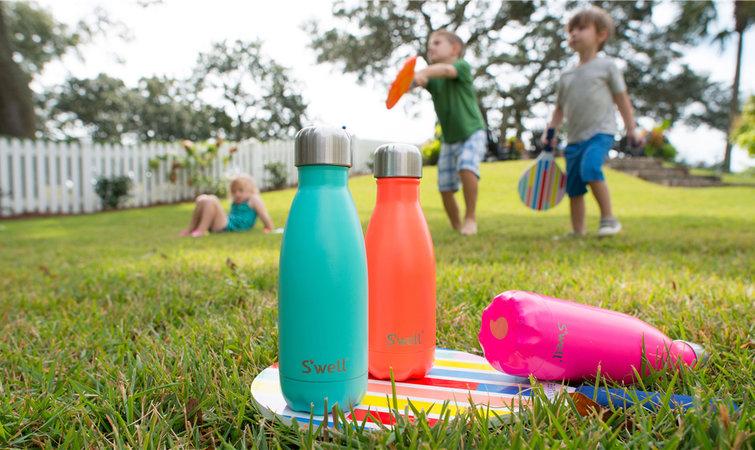 常常拿个保温瓶喝水是一回事,热衷把保温瓶照片分享到 Instagram 则是另一回事。 五年前,当 Sarah Kauss用 30000 美元启动资金创立水瓶公司 Swell Bottle 时,她有自信会成功,但没预料到能如此快地将市场拓展到世界各地。她也未曾想过Swell Bottle 能做成很多水瓶公司没做到的事:让顾客为自己的保温瓶感到骄傲,甚至乐于在 Instagram 上与别人分享有它相伴的生活。 Swell Bottle (以下简称 Swell)的不锈钢水瓶,外观与传统保温瓶迥异,但