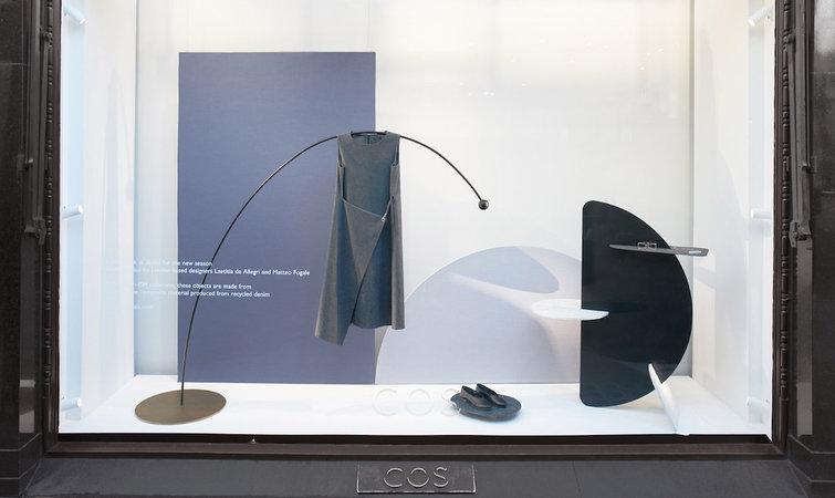 2016 秋冬时装周渐进尾声,瑞典时尚品牌 COS 也来凑了一把热闹。 他们邀请伦敦设计二人组 Laetitia de Allegri 和 Matteo Fogale,在伦敦、巴黎、米兰、纽约四座城市的 COS 店铺里,创造了以 COS 2016 春夏新品展示为主的橱窗设计,以期搭上这波这四座城市里的时装热潮。 COS 是 H&M 集团旗下品牌,它不似 H&M 那般主打高效率时髦且便宜的单品,而是喜欢用简洁利落的线条玩艺术时尚路线,不少上班一族都将奉行简约主义的 COS 视为至爱服饰,从用