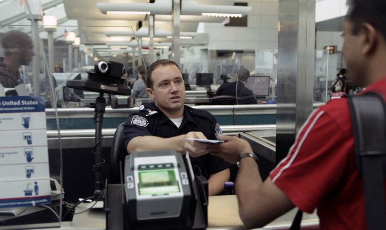 过海关要看护照,美国机场可能只是用5秒钟帮你拍照