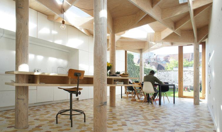 屋顶被不规则的木片层层分割,下面用原木柱子做支撑,仿佛用多颗大树