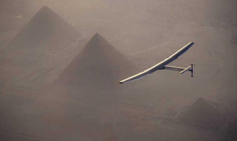机舱里,飞行员创下太阳能飞机不间断飞行的最长纪录