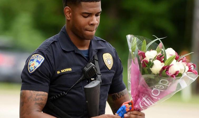 7 月 5 日,巴吞鲁日警员开枪打死一名在便利店外卖 CD 的黑人阿尔顿斯特林(Alton B. Sterling),由此引发全国范围内的持续暴力和极端的种族冲突,周日的枪击案只是这次紧张局势的最新事件。在斯特林被杀的第二晚,一名黑人在圣保罗郊区停车检查时被警方开枪打死,次日晚上,5 名达拉斯警员被射杀,枪手称他就是想杀警察,尤其是白人警察。 埃德蒙森上校称,周日一早,有电话打到警察调度中心,称在机场高速上的哈蒙德艾尔购物中心附近有人手持武器。 约早上 8 时 40 分左右,一名警员注意到了这个人,他
