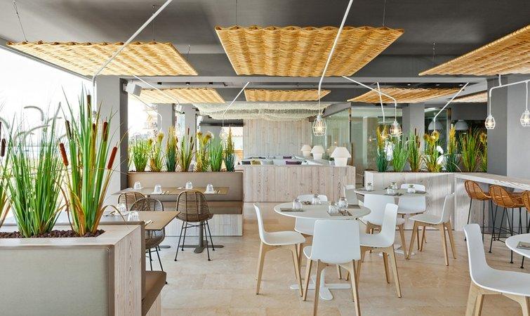 Hotel Maritim 的地理位置很好,門外就是沙灘和海,因而一樓的餐吧是個招攬生意的好地方。不過原先的設計或許很難產生什么吸引力,因為除了一個三米寬的小露臺,整個區域是封閉式的,露臺和餐吧之間又有滑門的阻隔;這樣阻礙視線的設計很容易破壞人們度假的心情。 Dom Arquitectura 接手后的第一件事就是消除內部空間和地中海美景之間的障礙。他們用可以滑動和翻折的玻璃板取代了原先的滑門,這樣顧客就可以無障礙地看到室外的沙灘和海了。這種設計的另一個好處是,在夏天和天氣好的時候,整個餐飲空間可以完全敞開