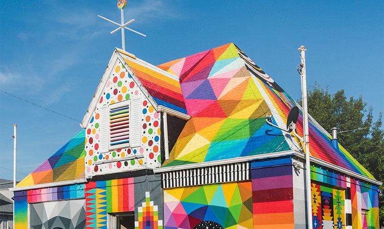 先得往街边的房子上猛喷颜色