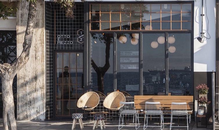 说到地中海风格,很多人认为就是蓝白色,但这只是希腊圣托里尼地区的建筑装饰风格。实际上,所谓地中海风格,应该是多种艺术形式的融汇,比如拜占庭、罗马、希腊甚至非洲的元素都有。 坐落于希腊古城塞萨洛尼基(Thessaloniki)海滩前的这间名为 Otto e mezzo 的小酒馆就是个典型例子,主导其空间设计的是塞萨洛尼基本地的建筑工作室 Ark4LOA 。 Otto e mezzo 是意大利语,这个名字来源于意大利导演费德里柯费里尼于 1963 年执导的电影《8》(Otto e mezzo),拿过奥斯卡最