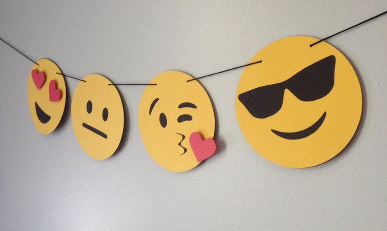 在上周末开办的 Emojicon 中,她邀请了 emoji 学者、艺术家、设计师和普通用户来和戴维斯这样的 emoji 管理者进行交流。总共约有一千人参加了这次为期三天的大会,其中还包括从荷兰、印度及澳大利亚专程飞来的嘉宾。 会议的大部分活动恰好在旧金山一家大型购物中心里举行,这是一个可以讽刺硅谷权力与消费文化精神融合的地方。整个场面充斥着高雅与低俗。 在主大厅里,一个化名杰米钱德勒(Jamie Jandler)的年轻人在兜售一种看起来像茄子 emoji 的振动棒,他称之为 Emojibator;隔壁的