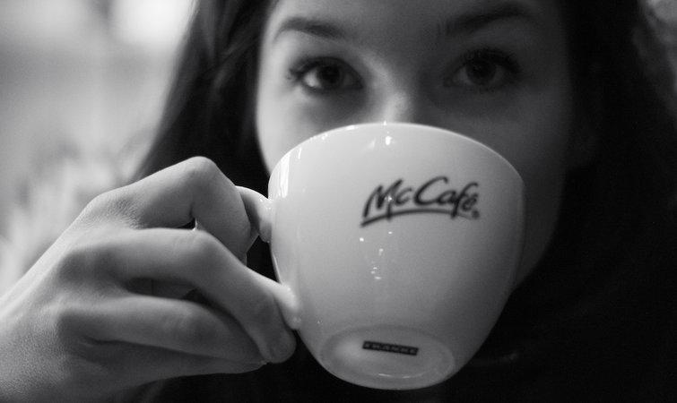 提供有品牌的咖啡,其实是航空做营销,咖啡品牌做渠道(兼营销)的一种合作。达美航空从 2013 年开始和星巴克合作,2015 年 2 月在全部航线提供星巴克咖啡。当时也是做了不少线上线下的营销的(比如说纽约 JFK 机场用星巴克杯子做装置艺术,送机票等等)。 2015 年,达美航空预计一共给乘客提供 6800 万杯星巴克咖啡,消耗 170 万磅咖啡豆虽然跟星巴克一年 40 亿杯的销量比,这个数字并不大。不过对于星巴克来说,好歹也是印在杯子上,刷了存在感,多了一个品牌展示的窗口。对于达美来说,可以通过这个标