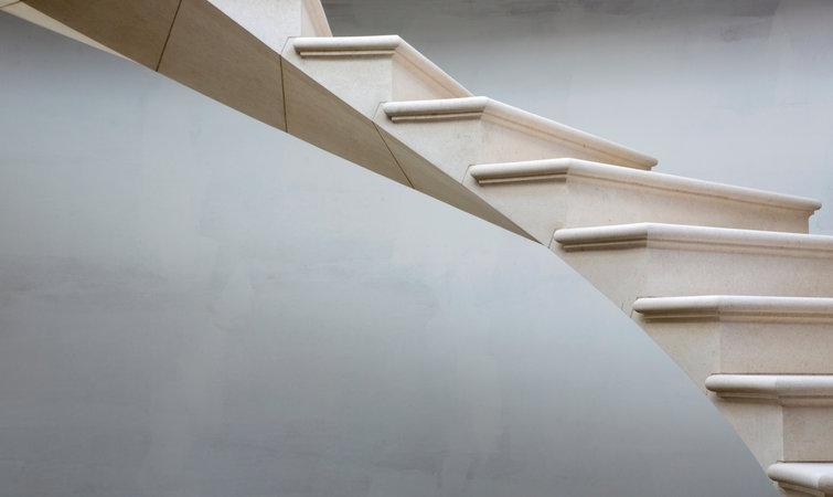 从这张设计图纸中,可以清楚地看到,在台阶的中部,有两条平行的钢索穿过,将 22 级台阶串在了一起。这种设计并不陌生,最常见的钢筋混凝土结构就是通过这种方式建成的。只是由于台阶是用固体石制造的,没法用浇注的方式完成,因而在建造每一级台阶时,建筑工人需要在特定部位精确地为钢索预留位置。 这两条钢索的作用不只是连接台阶那么简单。它们是整部楼梯的承重担当。钢索的两端一并固定住,而中部的这段在有重物积压时会产生一股后加拉(post-tensioned)力。通俗地说就是,在顶端施压时,两端固定住的钢索会因此收紧(想象