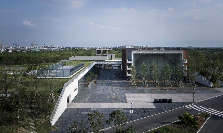 这个博物馆的设计建造来自直向建筑,它是建筑师董功在 2008 年于北京创办的建筑设计事务所。在多年的设计实践中,他们获得过不少奖项,比如 WA 中国建筑佳作奖和 2016 亚洲最具影响力设计奖的大奖。我们曾经报道过的那个位于北戴河的白色礼堂,以及孤独图书馆,也都出自于直向建筑。 苏州非物质文化遗产博物馆总建筑面积为 6000 平方米,其中有着 4500 平方米的主展陈面积。该馆集中展示了苏州大市范围内的各级非遗精品六百余件及非遗保护工作,希望成为市民走近苏州非遗、了解苏州文化的平台。 在博物馆展示厅之外,