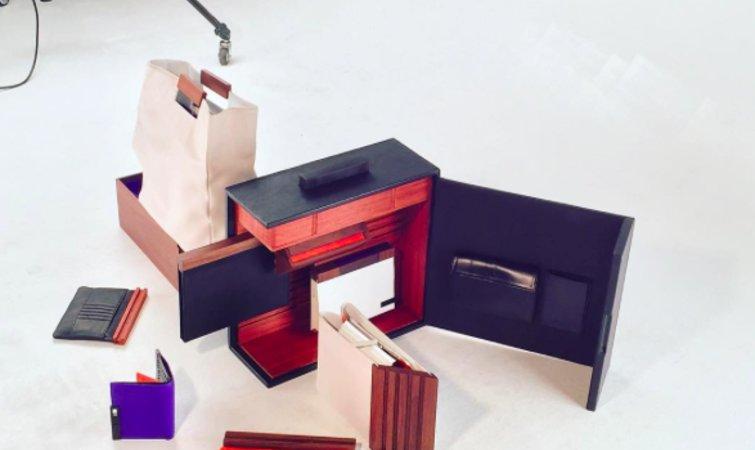 Young Jin Jang 的这个系列叫 ROOM FOR THE MAN。整个系列并不仅仅局限在包包设计,还包括了公文包、手包、钱夹、iPad 外壳、笔记本和野餐包几个单品。 整个系列的重点之一是公文包,整个公文包就是用木头的原材料制成。Young Jin Jang 这个木头包包的内部设计得错落有致,而它的功能更像是航空母舰,手包、钱夹、iPad 外壳、笔记本另外几个单品都可以在这个公文包里找到自己位置。 Young Jin Jang 为手包、iPad 外壳、笔记本 的底部设计了木头的材料,它们都可
