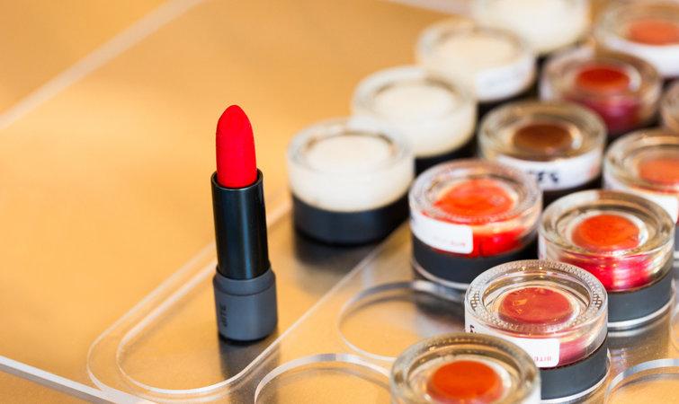 参与 lip lab 的口红制作需提前预约,55 美元能定制一支口红,80 美元