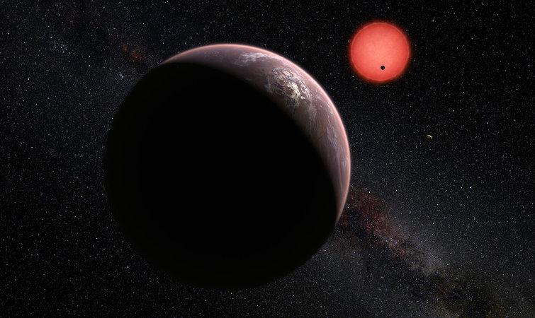 Trappist-1 会周期性地出现闪烁,这表明可能有一颗行星运转到了它前面,挡住了部分光芒。天文学家根据阴影的形状估算行星的大小。 在去年的研究报告中,由于 Trappist-1 闪烁的次数很多,天文学家推测它周围至少有三颗行星。世界各地的天文望远镜都开始观测 Trappist-1,就像美国宇航局的斯皮策太空望远镜(Spitzer Space Telescope)一样。 斯皮策望远镜对 Trappist-1 进行了大约 20 天近乎全天候的观测,捕捉到了 34 次凌星现象。再加上地面观测结果,最终科学家