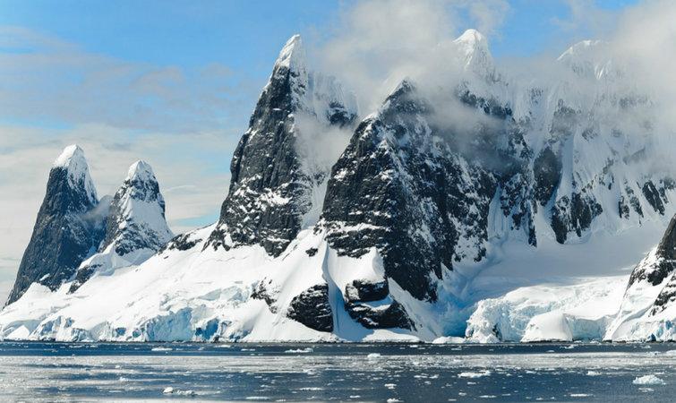 气候变化正在改变南极的冰盖。2002 年,面积 3250 平方公里的拉森 B 冰架开始坍塌,并可能在十年中完全瓦解。而南极半岛最大、世界第四大的拉森 C 冰架,也于去年观测到裂开了一条长达 110 公里的巨大裂缝。冰架的倒塌将减小冰川融化、流入海洋的障碍。 NASA 在去年的冰桥行动(Operation IceBridge)中发现,南极冰面积已经达到了 1979 年有卫星记录以来的最低水平。日本国立极地研究所最近也得到了类似的结论。 NASA 下属的美国国家冰雪数据中心(NSIDC)则在统计南极冰盖变化的