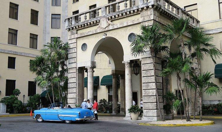 manzana 酒店共 5 层,屋顶有露台和游泳池,从那儿能看到哈瓦那艾丽