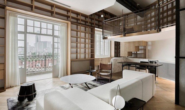除了老住户外,有些钟情于老上海情节的年轻人也选择在这里落脚。 最近,西涛设计工作室(Atelier TAO+C)就为一户人家翻新了位于武康大楼顶层的一间 95 平米公寓。这不是 Atelier TAO+C 第一次参与上海老公寓改造,此前他们也曾改造过淮海中路一间 35 平米的小公寓,业主是一位设计师和一个设计媒体人。 这是一个被设计师形容为学习研究室或是家庭图书馆的公寓改造项目。  在传统的中国住宅中,客厅和卧室被看作是核心空间。但在这次改造中,设计师打破了这一惯例,希望能够重构一种新的家庭日常生活