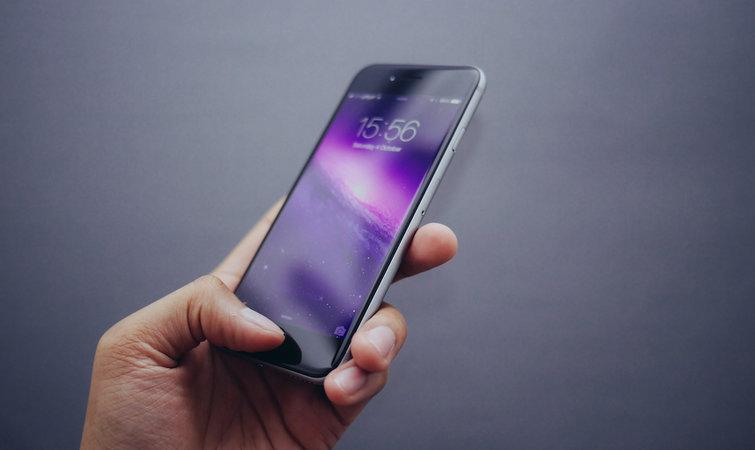例如在巴西,根据市场调研公司弗雷斯特(Forrester)提供的数据来看,今年 1.25 亿智能手机活跃用户之中使用苹果手机的只占 8%。 高昂的关税、更大的零售利润空间以及制造 iPhone 过程中失败的尝试所增加的成本,巴西这些情况导致在里约热内卢科帕卡瓦纳区的卡萨斯巴伊亚零售店中,两年前推出的 iPhone 6s 都卖能到一千美元以上的高价。8 月底,零售商出售苹果基本款智能手机 iPhone SE 的价格在 600 美元以上,而一台安卓系统的三星Galaxy J1 Mini 却只需要 136 美元