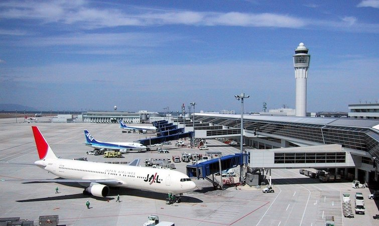 做的。 印度航空负责国内西部地区运营的拉维巴雅帕伊(Rajeev Bajpai)说,极端高温在像科威特这样的著名炎热国家已经在困扰着航空业,在那些国家,夏季日间飞机就在停在地面,因为它们的电子设备已经自动关闭了。 他说:飞机连动都动不了,因为驾驶舱例行检查都做不了。 更长的跑道 高温使得飞行密度降低、重量减轻,迫使航空公司要么减轻航班载重量,要么将航班挪到温度较低的时段。专家称,这会给机场造成长期的经济损失,尤其是那些气候潮湿、高海拔或者跑道较短的机场。 项目前环境主管卡林雷恩斯(Karyn Rai