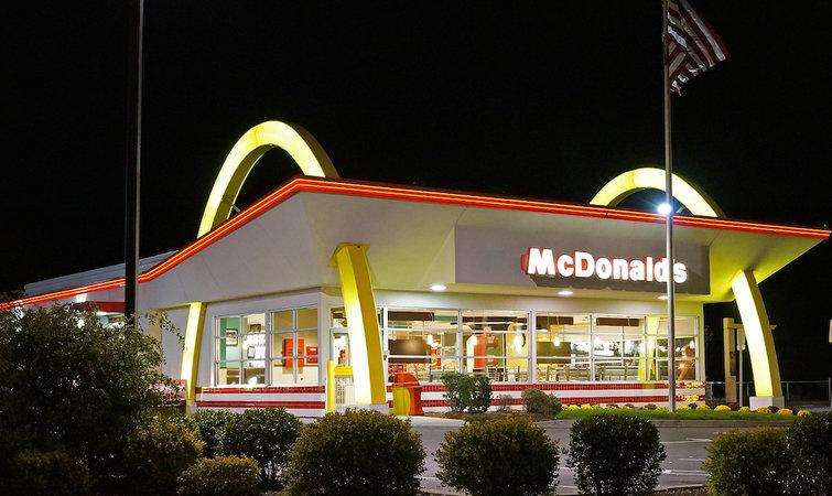 """麦当劳中国更名为""""金拱门"""",好在餐厅的名字依然不会变"""
