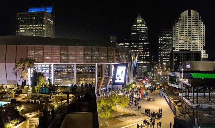 2013 年,萨克拉门托市正准备改造中心城区。此前,时任 NBA 总裁的大卫斯特恩(David Stern)已和拉纳戴夫有过接触,希望他能收购国王队。拉纳戴夫便与市长凯文约翰逊(Kevin Johnson)会面,商讨相关事宜。 萨克拉门托市拥有 48 万人口,而且这一数字还在不断增长。它是周边 7 个县市的中心,整个地区的总人口达 240 万。可是许多年来,萨克拉门托一直在为国王队更换主场的事犯愁。睡眠火车球馆(Sleep Train Arena)设有 1.