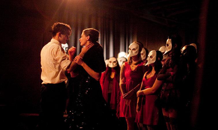《不眠之夜》演员说,沉浸式戏剧表演者有被性骚扰的可能