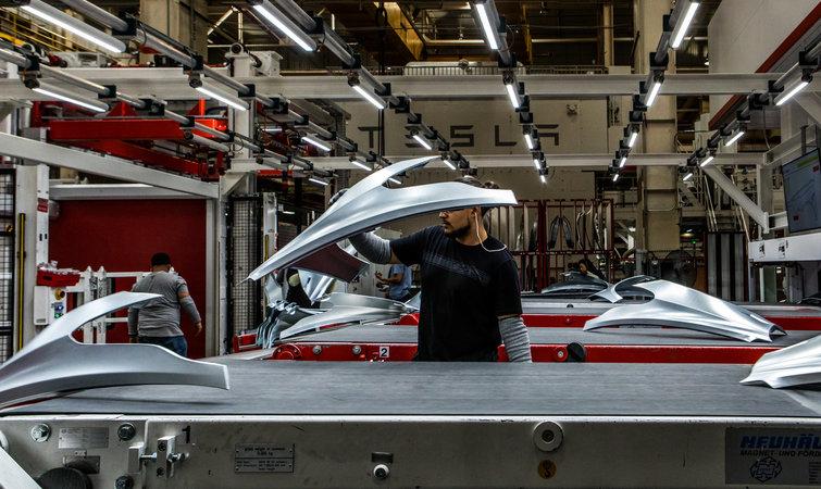 多年来,弗里蒙特工厂属于丰田和通用汽车的合资项目,名为新联合汽车制造公司(New United Motor Manufacturing, Inc.,简称 Nummi)。通用汽车破产后,工厂于 2010 年关闭,后来又被特斯拉收购。 如今,这座占地 400 万平方英尺(约合 37.2 万平方米)、毗邻繁忙高速公路的工厂里,每天都有源源不断的送货车和载着新车的牵引式挂车进进出出。到了下午,装配线上的工人从工厂里涌出,走进这座位于大片海湾郊区里拥挤的停车场。工人们都穿着相同的黑色长裤,一边的裤腿上还印着一个白色