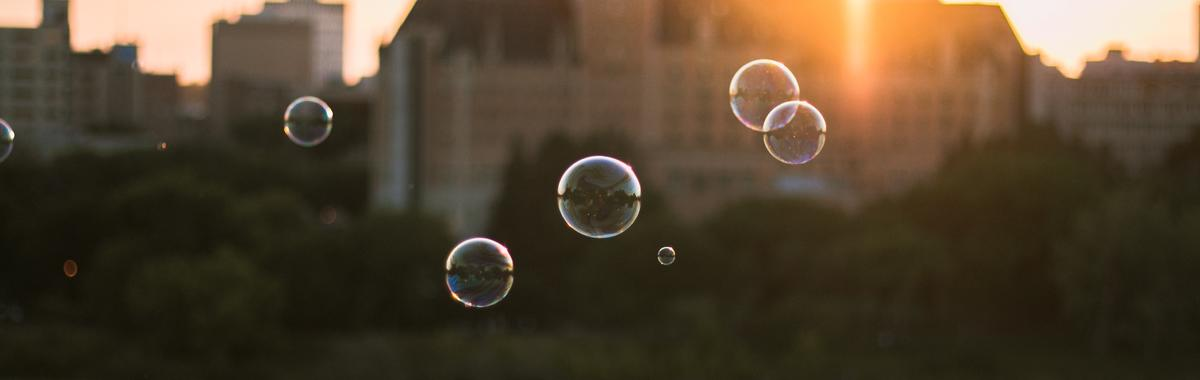 阿贝尔奖首位女性获奖者乌伦贝克,如何在肥皂泡里看到了一个数学宇宙?