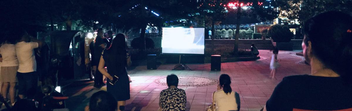 老齐和老张头各占公园一角,摆露天卡拉 OK 摊 | 北京故事
