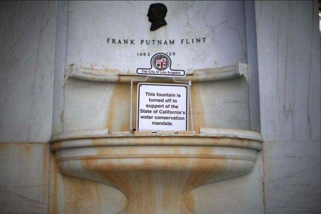 从1月起,市政厅前的喷泉也关闭了