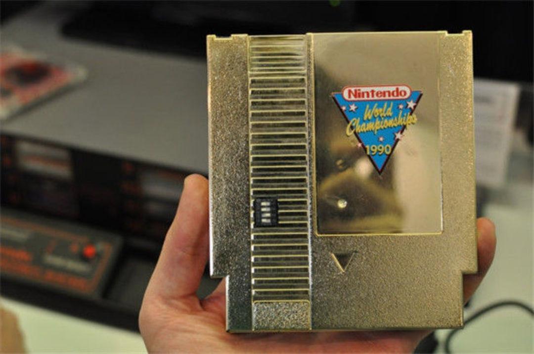 1990 年的任天堂世锦赛奖杯和金色卡带