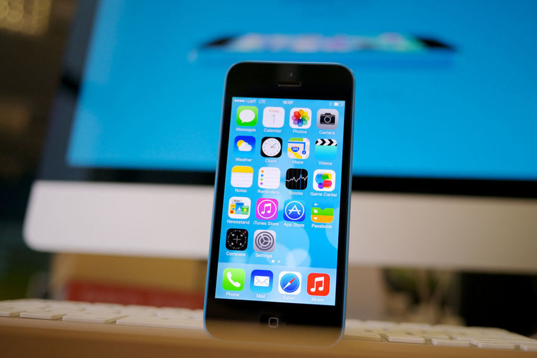 苹果上一次减产的产品 iPhone 5c,图片来自:Flickr@Kārlis Dambrāns