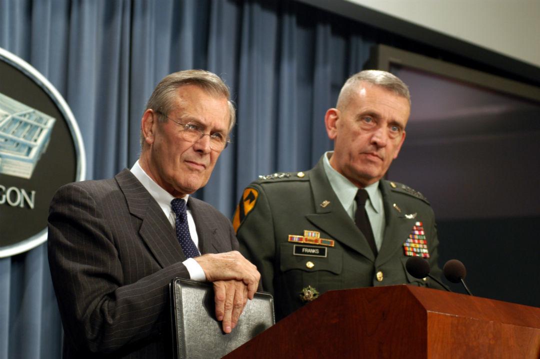 唐纳德·拉姆斯菲尔德(左)