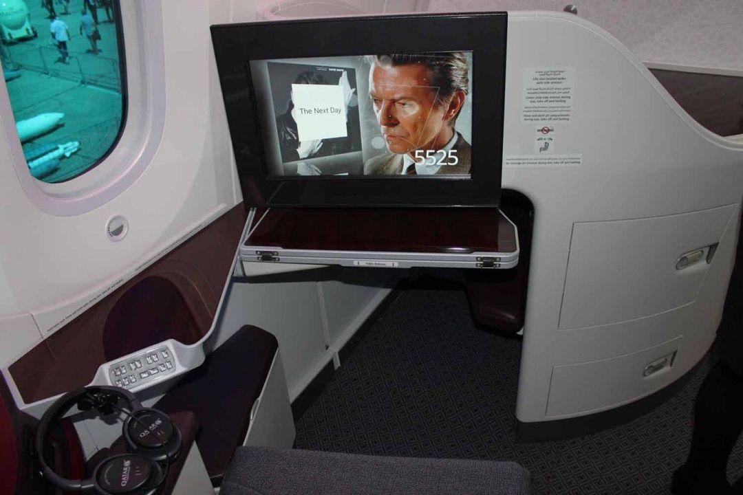座椅下让乘客伸展腿部的空间
