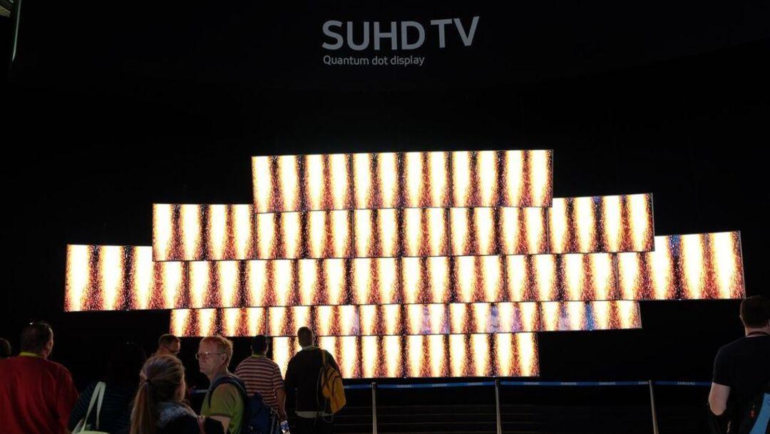 三星本次展台的电视墙,正在放一个烟火的视频,看起来很震撼