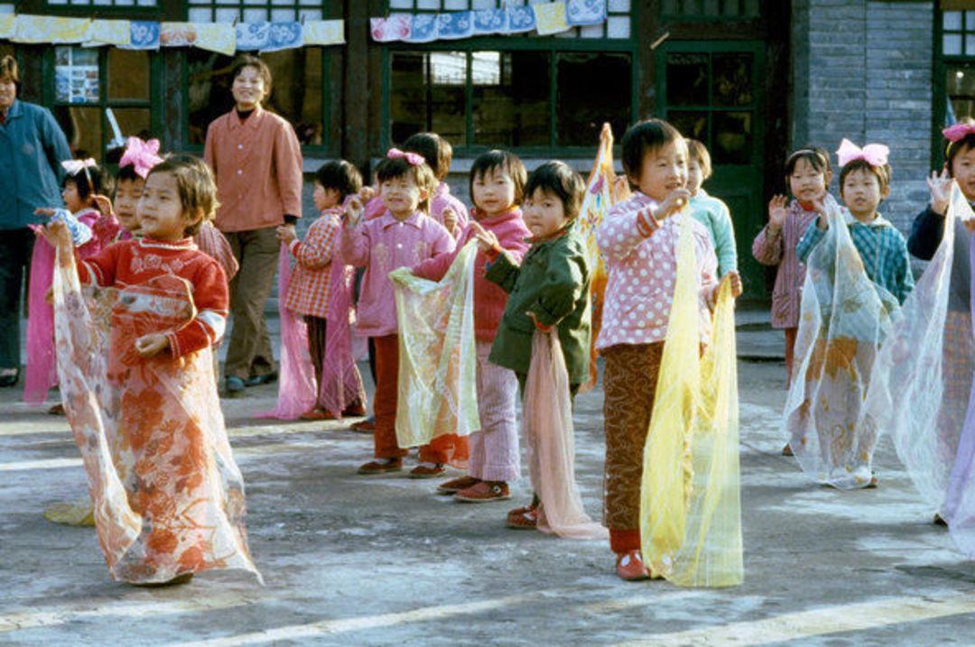 校园儿童戴着彩色丝巾跳舞,北京,1980年。图片来源:Michel Lipchitz/美联社