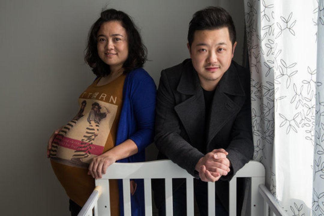 正在等待自己第一个子女出生的郑伟与妻子孙丽。图片来源:Sim Chi Yin /《纽约时报》