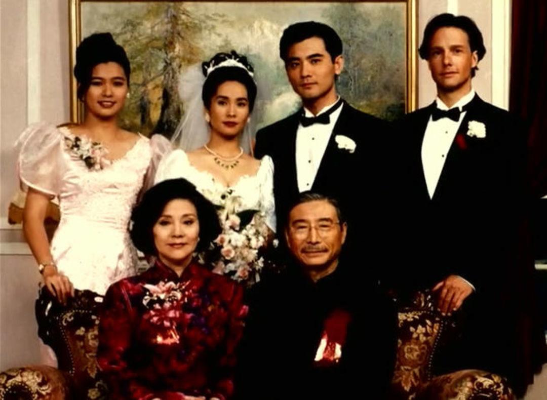 《喜宴》剧照。在片中,赵文瑄饰演的男主角伟同与女孩葳葳假结婚,来掩饰自己和美国人赛门的同性恋情。