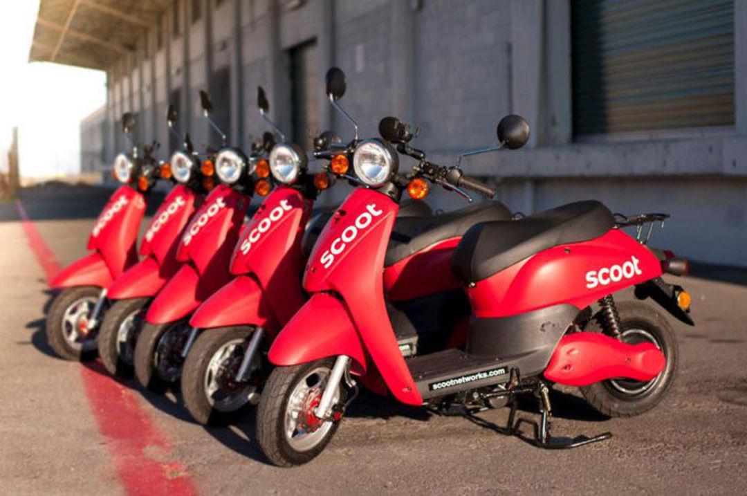 摩托车的用法很多样化;图为美国旧金山摩托车租赁服务商 Scoot Networks 提供的电动摩托车
