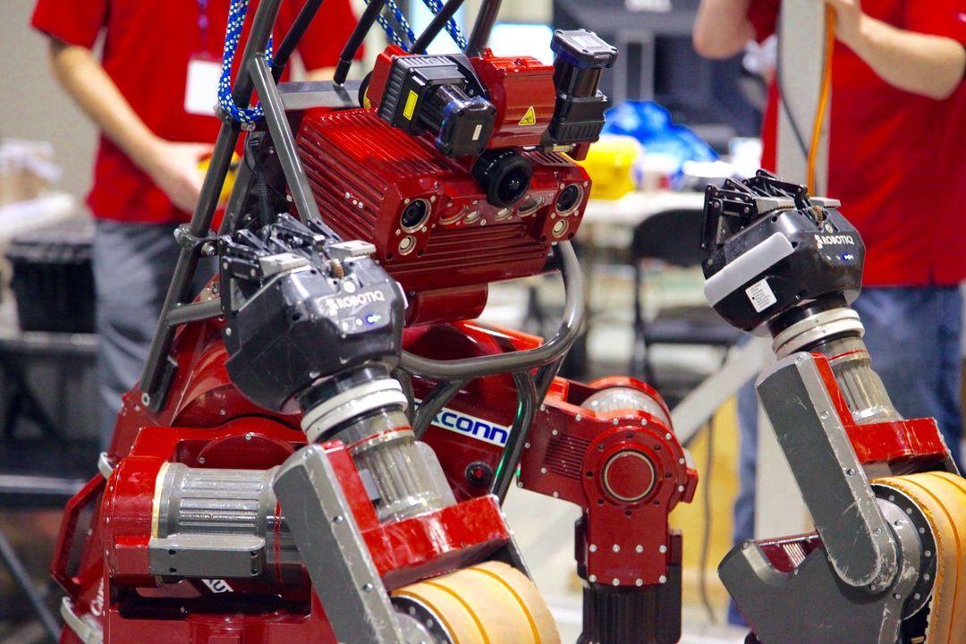 Tartan Rescue 队的机器人 CHIMP 观察电钻,准备抓起它。(Signe Brewster 摄)
