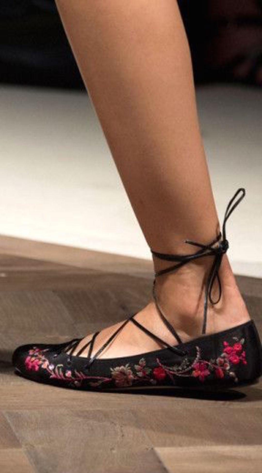 这些鞋子,都是从芭蕾舞鞋演化而来_时尚_好奇心日报