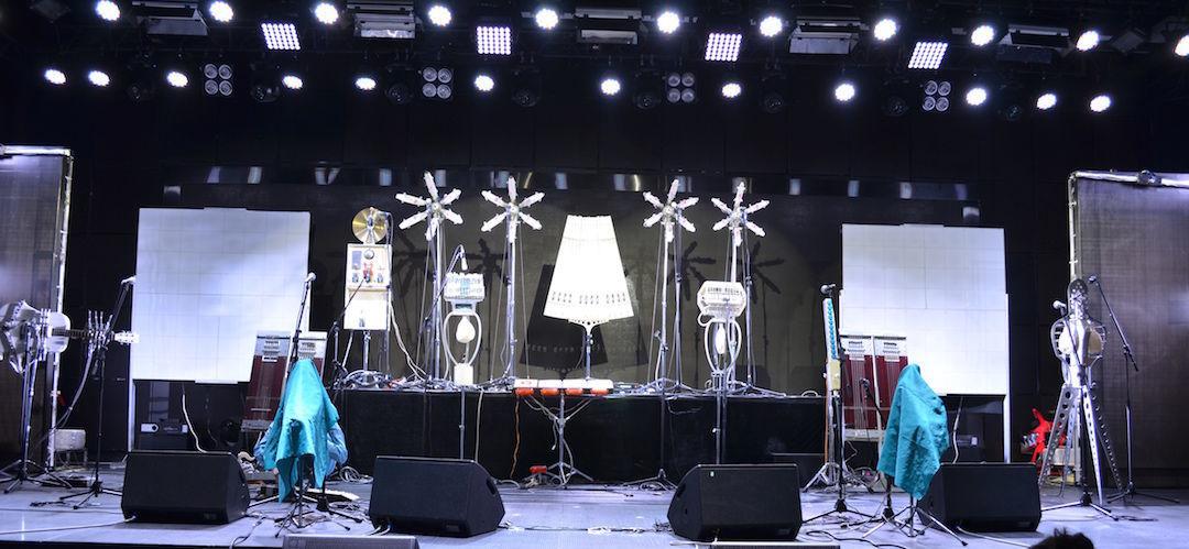 演奏开始前舞台上的乐器