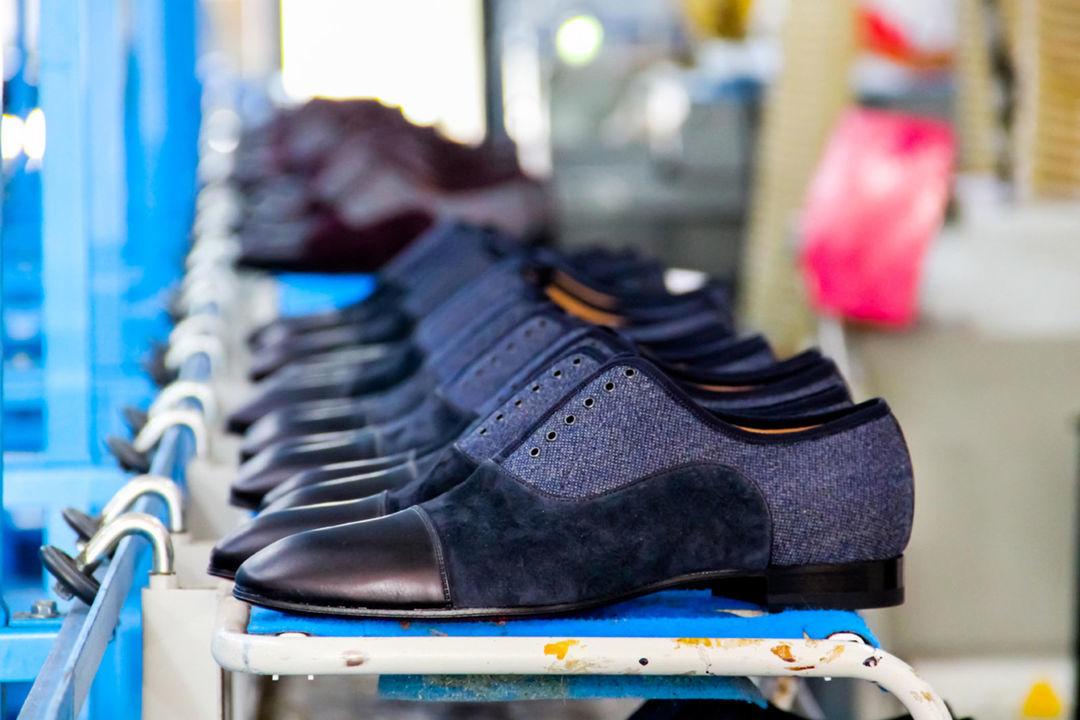 红底鞋是怎么做出来的?跟我们到它的工厂里看一看_时尚_好奇心日报